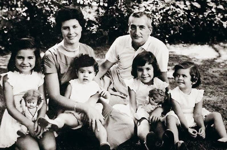 Héctor Germán Oesterheld con su esposa Elsa Sánchez y sus cuatro hijas: Diana, Beatriz, Estela y Marina.