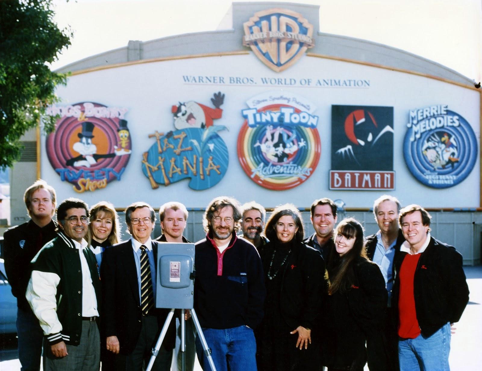 Una foto con las cabezas importantes de Warner Bros en los años 90. A la izquierda puede verse a Bruce Timm y al centro, el director Steven Spielberg